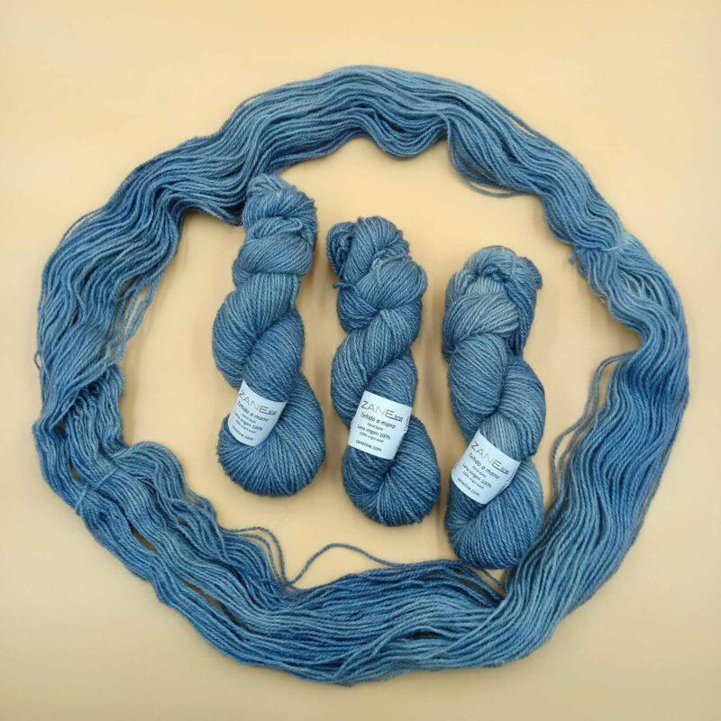 madeja de lana azul